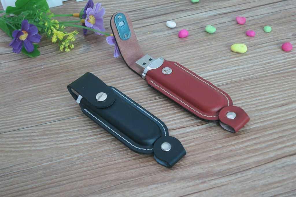 Memoria USB con carcasa recubierta en cuero