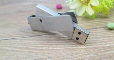Memoria USB totalmente metálica, de tapa giratoria