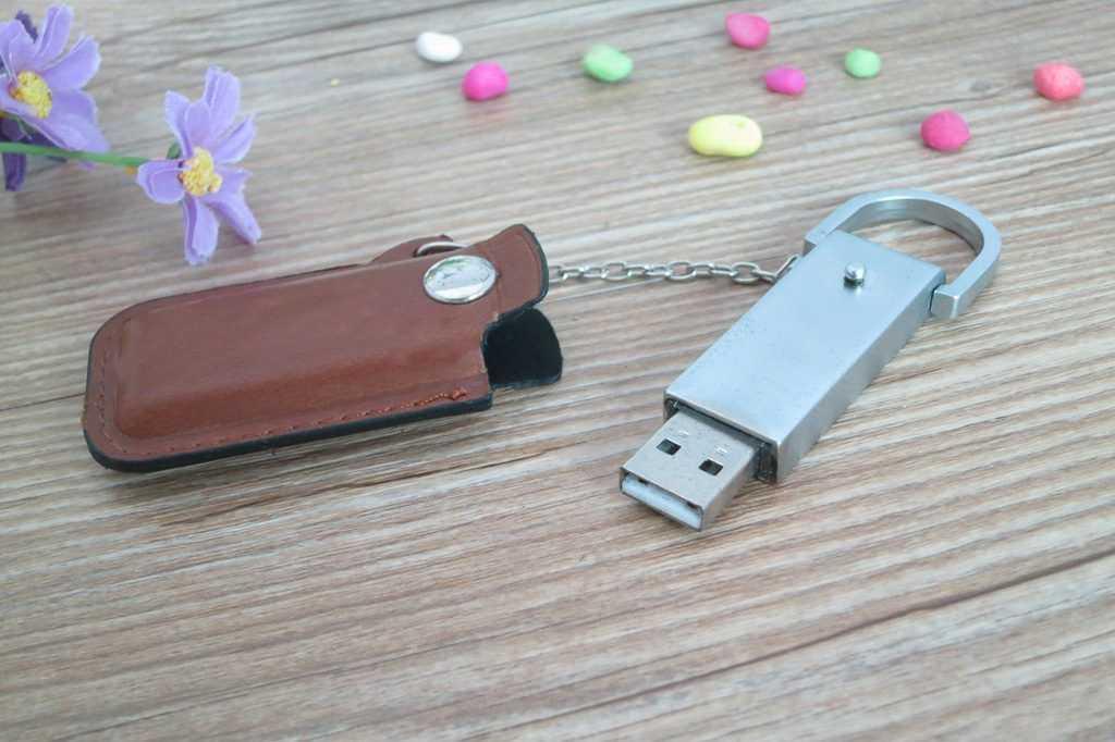 Memoria USB carcasa metálica con funda en cuero