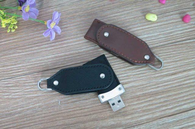 Memoria USB totalmente en cuero, con tapa giratoria