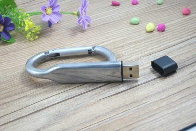 Memoria USB formato mosquetón, totalmente metálico