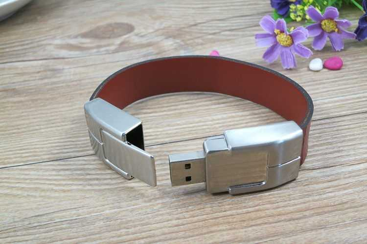 Memoria USB formato pulsera, en cuero y metal