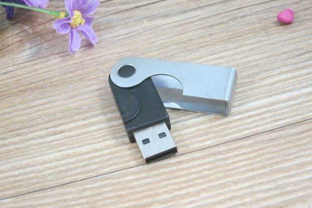 Memoria USB con tapa giratoria metálica