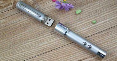 Memoria USB con función puntero láser y luz LED
