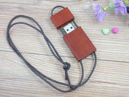 Memoria USB en madera con colgante