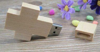 Memoria USB en forma de cruz, en madera
