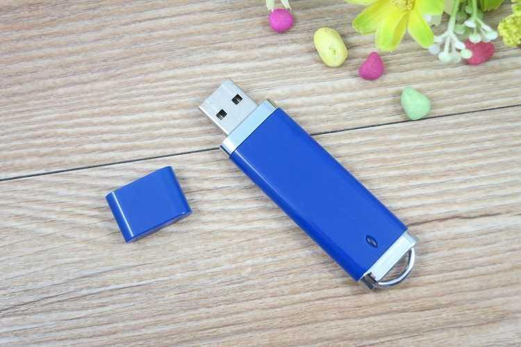 Memoria USB en PVC con detalles metalizados