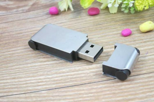Memoria USB en metal con detalles en PVC negro