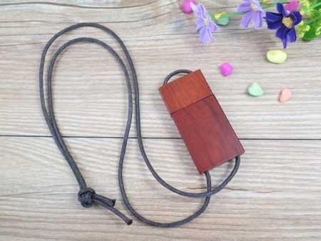 Memoria USB madera colgante cuero
